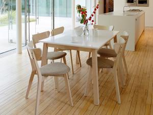 stôl s vysokým leskom a masívne stoličky